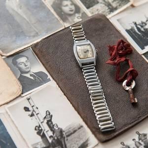 La familia de José López recibió fotos familiares y un reloj, que aún funciona, del ITS.